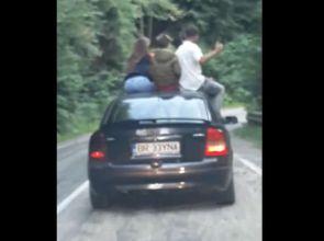 Video | Teribilism pe Transfăgărăşan: Patru tineri urcați pe plafonul unei maşini în mers