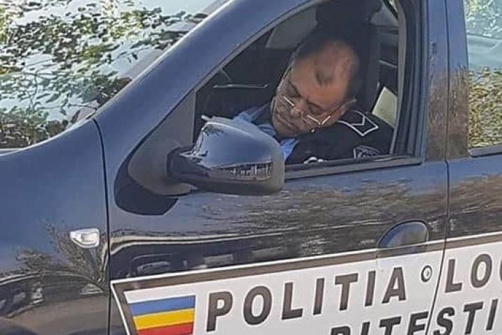 Poliţia Locală Pitești face investigaţii suplimentare pentru a stabili dacă  poliţistul care dormea în timpul serviciului este vinovat | RoMedia